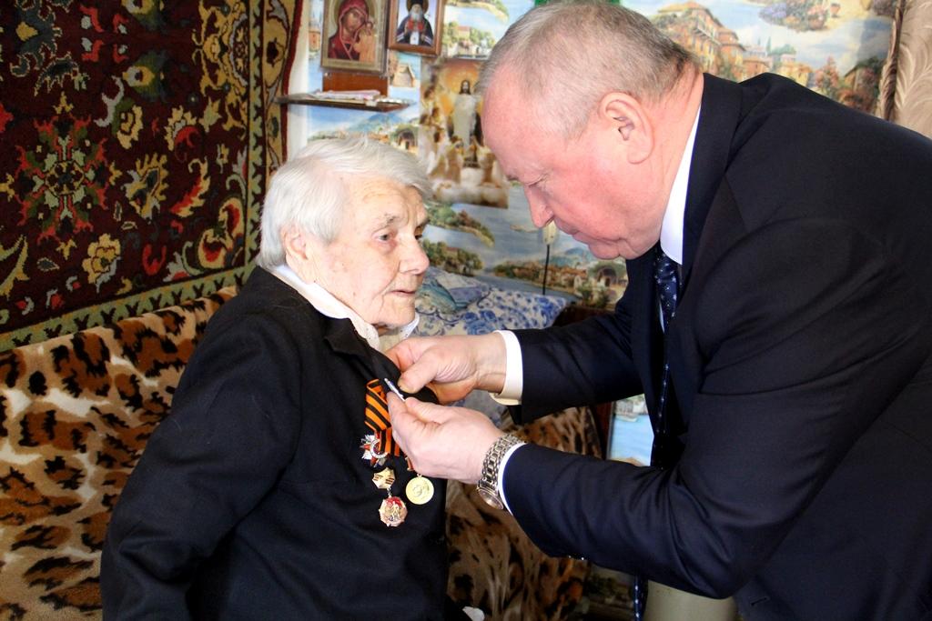 Николай Бантюков вручил участнику Великой Отечественной войны медаль в честь 75-летия Победы